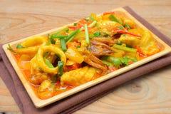 Beweeg gebraden verse pijlinktvis met jukeieren, ui en Spaanse peper stock fotografie