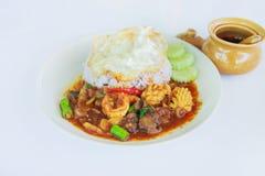 Beweeg gebraden zeevruchten in Thais rood kerriedeeg met binnen rijst en gebraden ei, Kruidige Gebraden zeevruchten, Kerrie gebra Stock Afbeeldingen