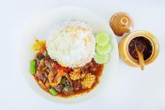 Beweeg gebraden zeevruchten in Thais rood kerriedeeg met binnen rijst en gebraden ei, Kruidige Gebraden zeevruchten, Kerrie gebra Royalty-vrije Stock Afbeelding