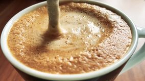Beweeg koffie met een lepel stock footage