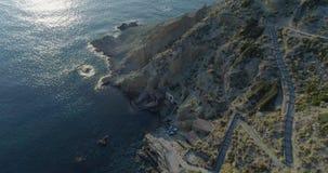 Beweegt achterwaartse luchtmening van Middellandse Zee wild groen rotsachtig coastNaturemilieu reis in openlucht establisher stock videobeelden