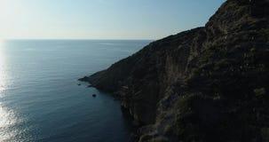 Beweegt voorwaartse luchtmening van Middellandse Zee het wilde groene rotsachtige milieu van de kustaard reis in openlucht establ stock footage