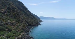 Beweegt zij luchtmening van Middellandse Zee het wilde groene rotsachtige milieu van de kustaard reis in openlucht establisher, I stock footage