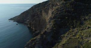 Beweegt zij luchtmening van Middellandse Zee het wilde groene rotsachtige milieu van de kustaard reis in openlucht establisher, I stock videobeelden