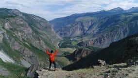 Bewegen über Schattenbild eines Mannes, der auf den Berg steht Luftzeitlupe 4k stock video footage