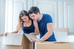 Bewegen auf ein neues Haus und Reparaturen in der Wohnung Lieben Sie Paare Stockbilder
