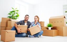 Bewegen auf eine neue Wohnung Glückliche Familienpaare und -Pappschachtel Lizenzfreie Stockfotografie