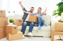 Bewegen auf eine neue Wohnung Glückliche Familienpaare und -Pappschachtel Stockfoto