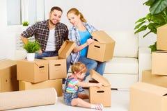 Bewegen auf neues Haus Glückliche Familie mit Sammelpacks Stockfoto