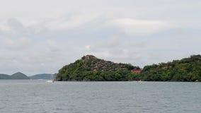 Bewegen durch Insel mit schönen Hotels in Thailand stock footage