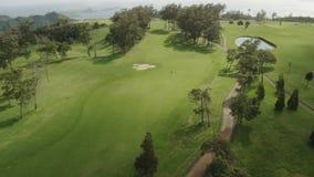Bewegen entlang den Golfplatz Luftschuß von Madeira stock video