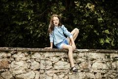 Bewegen in Erwachsensein Im Freienportrait der Jugendlichen stockbild