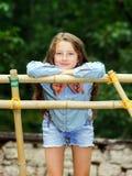 Bewegen in Erwachsensein Im Freienportrait der Jugendlichen lizenzfreie stockfotos