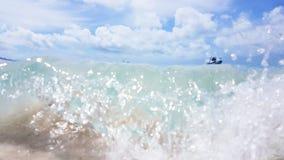 Bewegen Sie auf kommenden weißen Himmelsstrand der Welle die Pfingstsonntag-Insel in Australien wellenartig lizenzfreies stockfoto