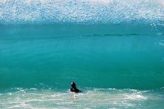 Bewegen Sie das Überschreiten über einen Mann am Hauptstrand, Laguna Beach, Kalifornien wellenartig Lizenzfreies Stockbild