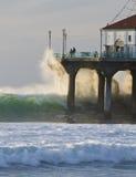 Bewegen Sie das Abbrechen in Manhattan- Beachpier wellenartig Stockfoto