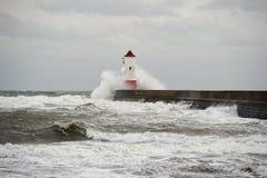 Bewegen Sie das Brechen über Leuchtturm, Berwick nach Tweed wellenartig Lizenzfreies Stockfoto