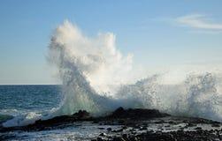Bewegen Sie das Zusammenstoßen auf Felsen am Weststraßen-Strand im Südlaguna beach, Kalifornien wellenartig stockfotografie