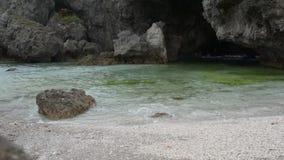 bewegen Sie einen Strand wellenartig stock footage