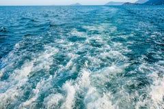 Bewegen Sie Spur mit weißem Schaum auf Meerwasseroberfläche hinten des sich schnell bewegenden Motorboots oder der Yacht wellenar stockbilder