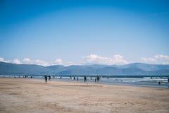 Bewegen Sie Strand, Irland - langer sandiger Strand an Daingean-Bucht auf der Dingle-Halbinsel, Grafschaft Kerry, Irland Schritt  stockbild