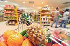 Bewegend boodschappenwagentje in supermarkt. Stock Foto's