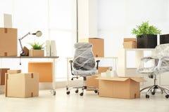 Bewegend dozen en meubilair stock afbeeldingen