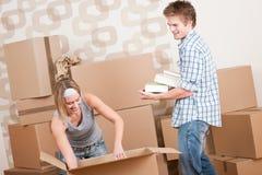 Bewegend huis: Jong paar met doos in nieuw huis Royalty-vrije Stock Foto's