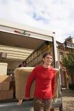 Bewegend Paar die Sofa From Truck leegmaken royalty-vrije stock afbeelding