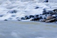 Bewegend water, langzame motie, royalty-vrije stock fotografie