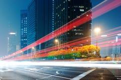 Bewegende auto met onduidelijk beeldlicht Stock Fotografie