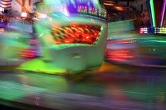 Bewegende Carnaval rit bij nacht stock foto