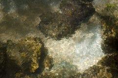 Bewegende de kreekachtergrond van de Waterrots royalty-vrije stock foto