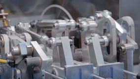 Bewegende delen van industrieel automobielwerktuigmachinemateriaal stock videobeelden