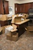 Bewegende dozen in keuken. stock afbeeldingen