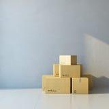 Bewegende dozen op een nieuw kantoor Royalty-vrije Stock Foto's