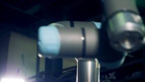 Bewegende elementen van de industriële robot stock video
