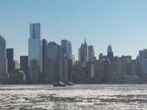 Bewegende Fähren, obwohl Eis entlang Hudson River fließt Stockfotos