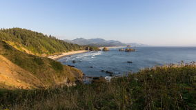 Bewegende Golven en Bewegende Zon op Crescent Beach langs Vreedzame Oceaan in de Tijdtijdspanne 1080p van Oregon van het Kanonstr stock video