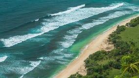Bewegende golven op eenzame Nunggalan-Strandkustlijn, Uluwatu, Bali, Indonesië stock video