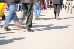 Bewegende menigte. motie onduidelijk beeld stock afbeeldingen