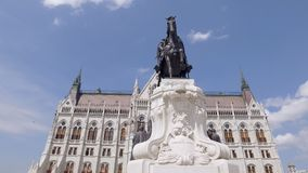 Bewegende Neigung herauf Ansicht um Monument vor ungarischem Parlaments-Gebäude am sonnigen Tag stock video