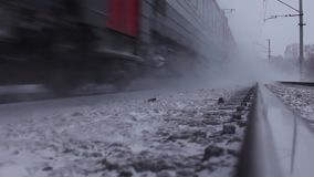 Bewegende passagierstrein in de winter stock footage
