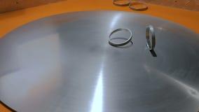Bewegende ringen op metaal draaiende oppervlakte stock video