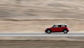 Bewegende rode auto Stock Afbeeldingen