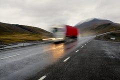Bewegende rode vrachtwagen stock afbeeldingen