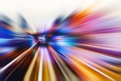 Bewegende snelheidsachtergrond met veelkleurige lijnen in de vorm van de spoordraai motie van futuristisch stock afbeeldingen
