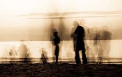 Bewegende spoken op het strand Stock Afbeelding