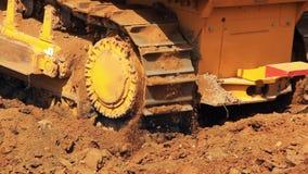 Bewegende staalrupsbanden van bulldozer Zware machines in mijnbouw stock footage