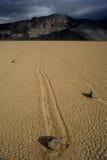 Bewegende steen in de woestijn van de Vallei van de Dood Royalty-vrije Stock Foto